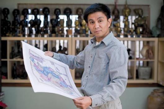 Trần Đình Thắng với tấm bản đồ mới sưu tầm tại nhà riêng ở thành phố West Hartford, bang Connecticut - Ảnh: CSMonitor